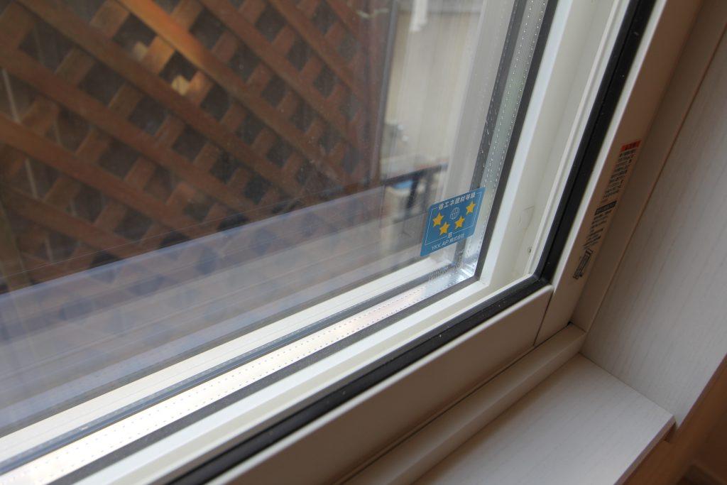 結露しない三層ガラスの窓